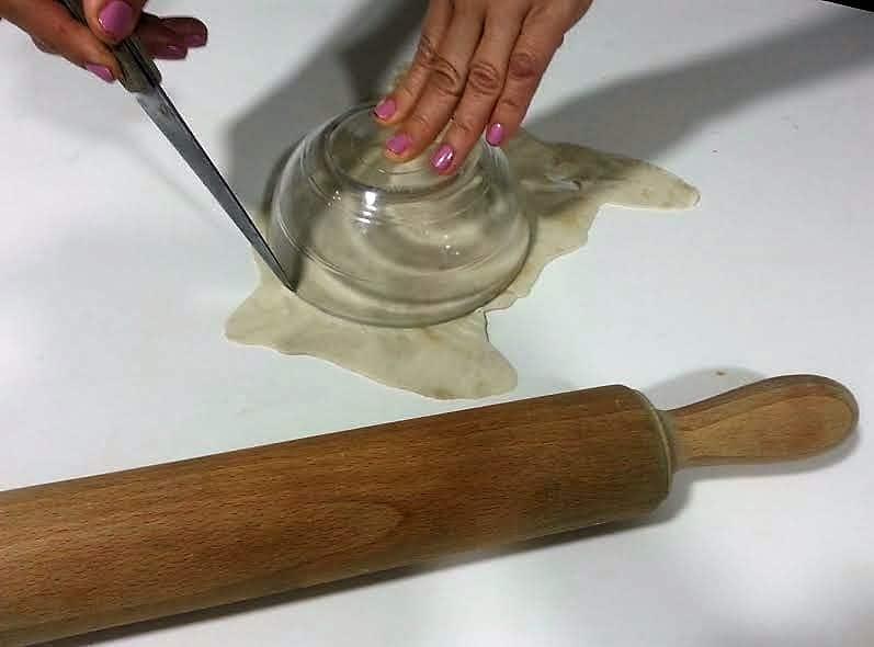 tartaleta de manzana cortando base