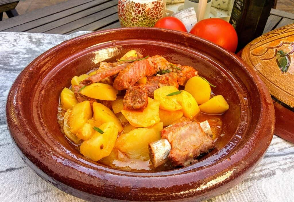 Patatas guisadas con costillas, plato terminado, presentación entrada