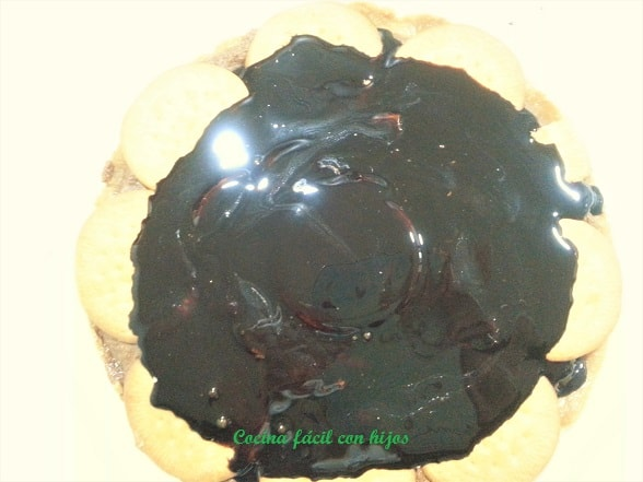 tarta de chocolate con galletas añadiendo sirope