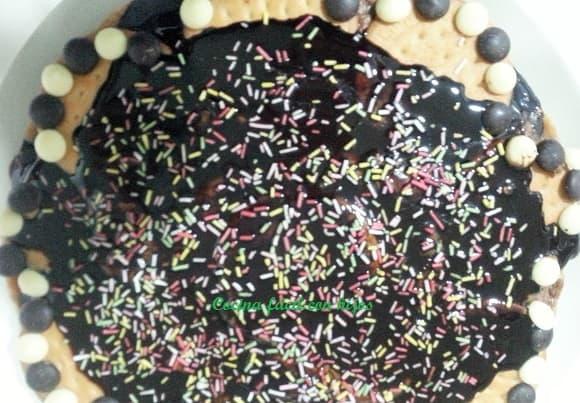 tarta de chocolate con galletas, decorando la tarta