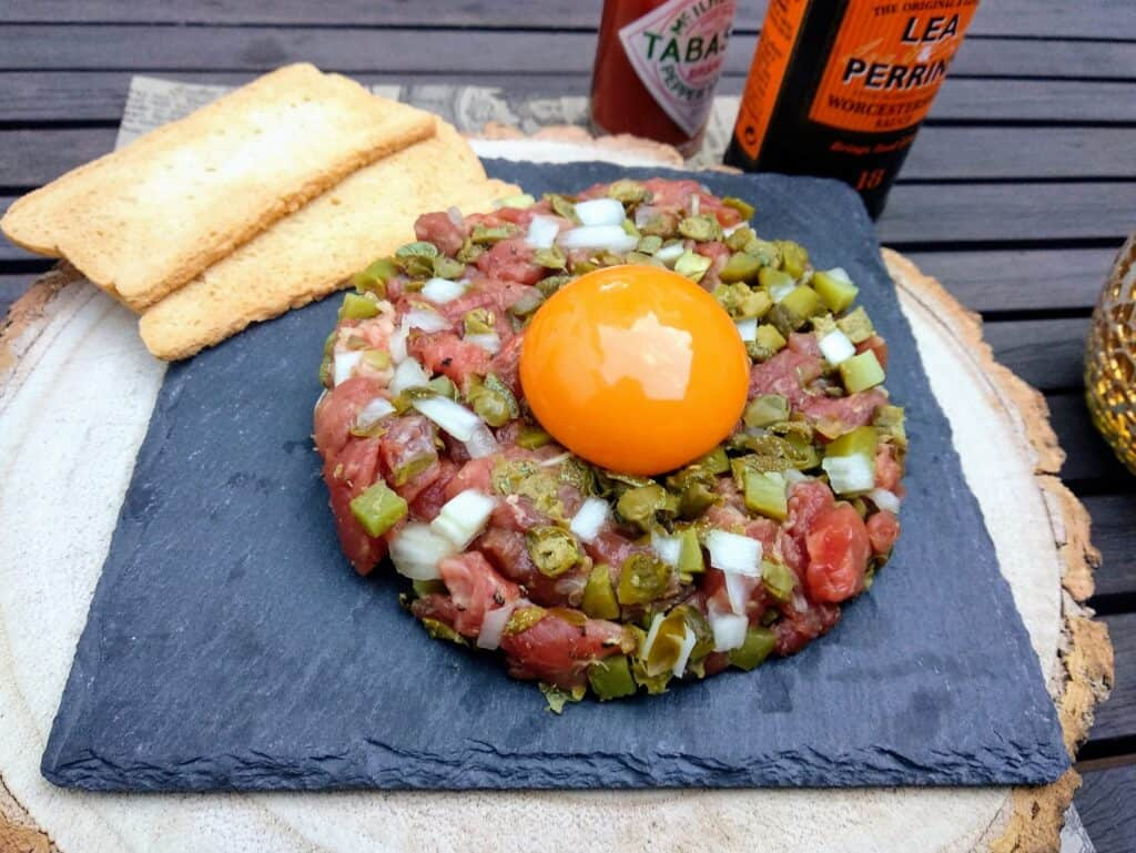 steak tartar receta, plato terminado entrada