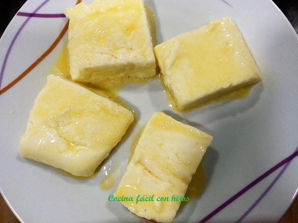 Rebozándola en huevo