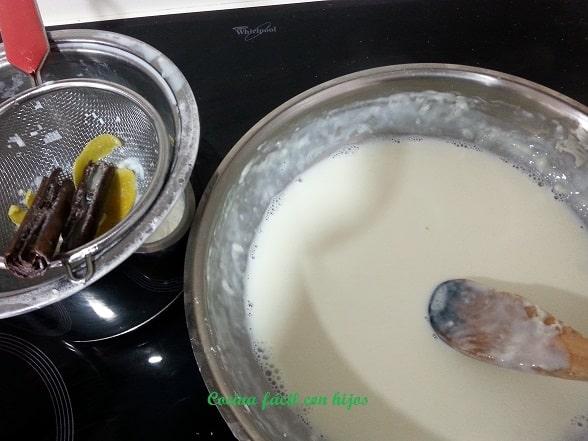 Leche frita colando la leche