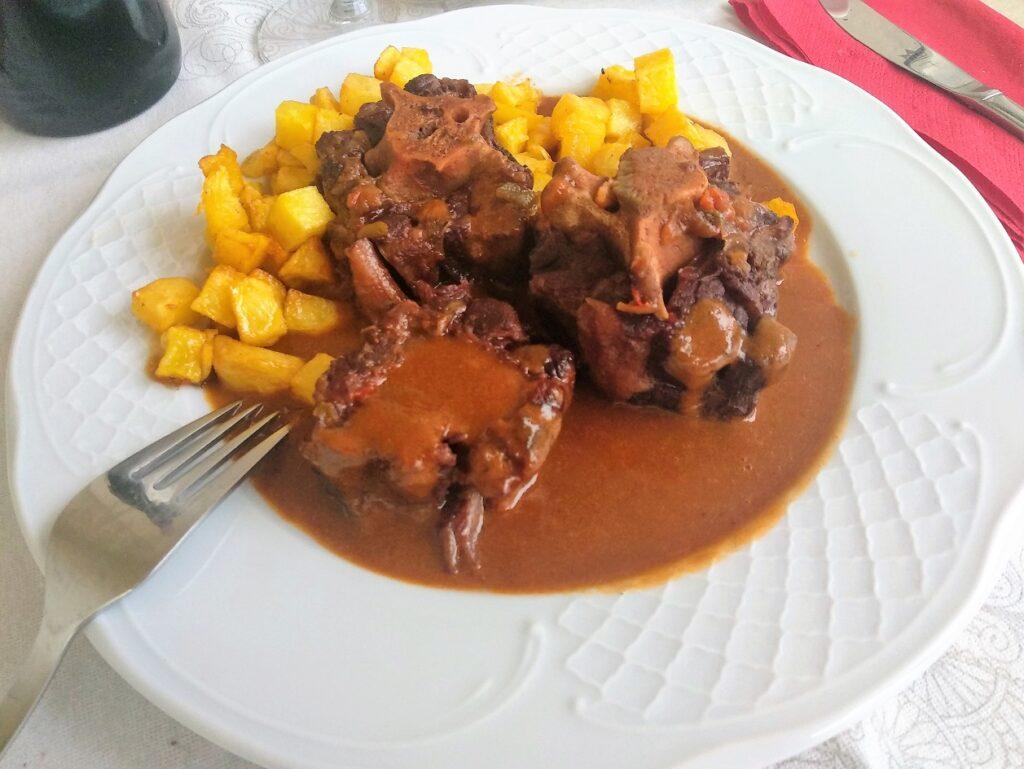 receta de rabo de toro, plato terminado, entrada