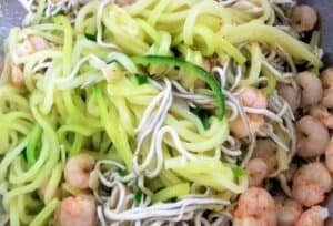 espaguetis de calabacín con gambas, plato terminado foto receta