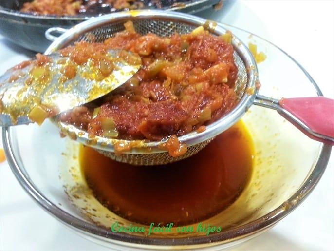 empanada gallega de carne, separando el sofrito del aceite