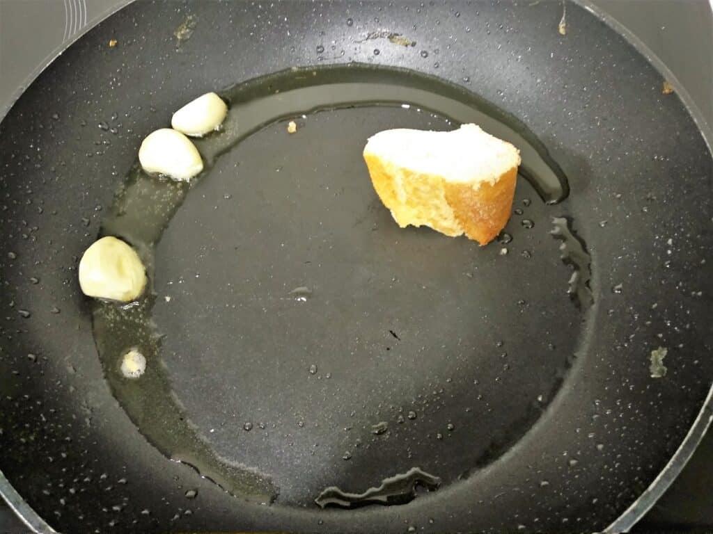 caldereta de cordero extremeña, dorando ajos y friendo pan