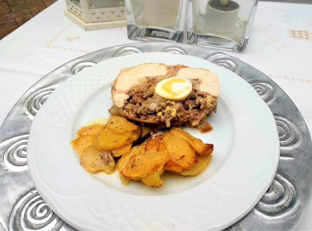 pollo relleno al horno, plato terminado foto entrada