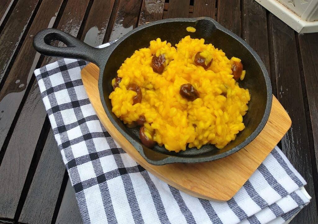 Arroz al curry, con piñones y uvas pasas, plato terminado