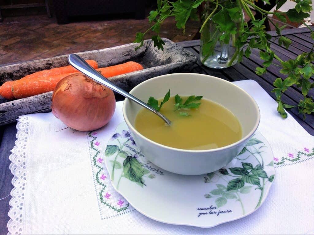 caldo de verduras, plato terminado foto entrada