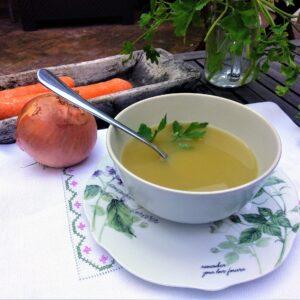 Caldo de verduras casero, en olla exprés