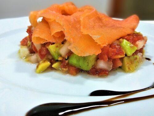 ensalada de salmón ahumado, plato terminado entrada