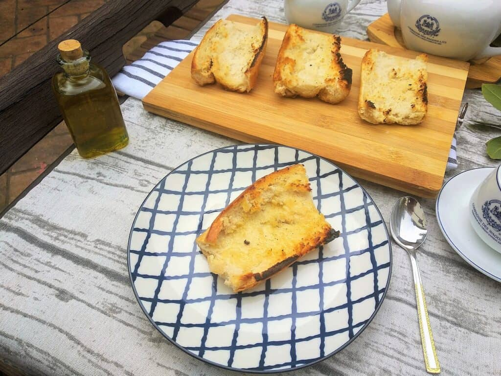 tosta de pan con aceite, plato terminado, entrada