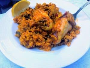 arroz con pollo, arroz terminado emplatado foto receta
