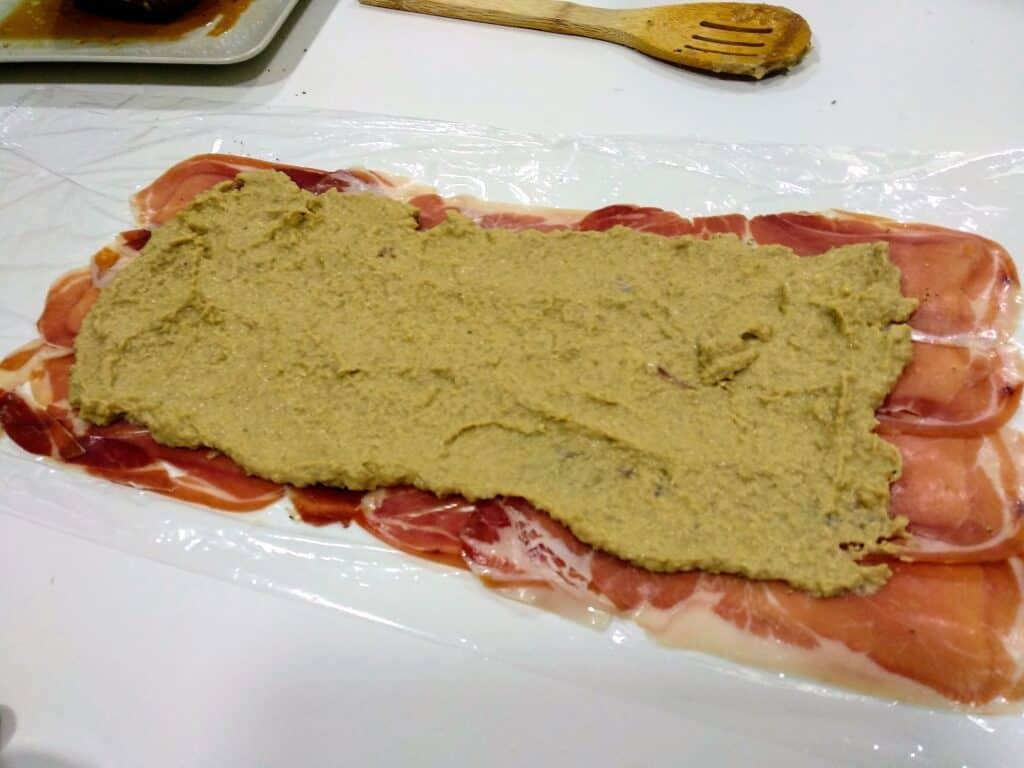 solomillo Wellington poniendo sobre la capa de jamón la crema de champiñones
