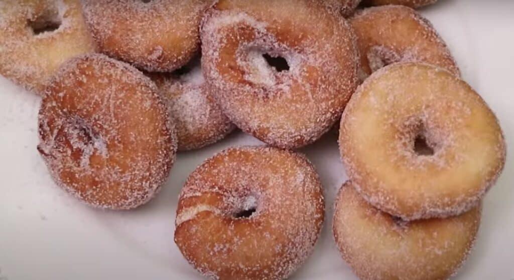 rebozando rosquillas en azúcar